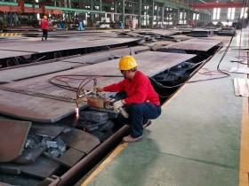 轧钢厂齐心协力抢生产
